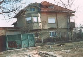 A lakóház helyén levő emeletes épület