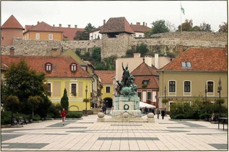 Az egri Dobo István tér ma