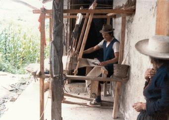 A poncho szövését Saraguróban, a kukorica hazájában már szövőszéken férfiak végzik (csak a férfiak szőnek).