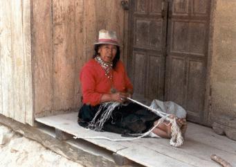 Saraguro. A kötelet lábujjukba akasztott szálakból a ház előtt fonják.