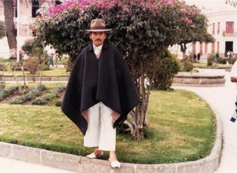 Otavalo a fériak nehéz, kétoldalú ponchoban járnak (az egyik oldala sötétkék, a másik szürke vagy drapp kockás)