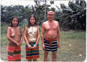 A Santo Domingói vörös törzsnél. A vörös sámán haja piros bogyóval (kolorádóval) keményre festve. Az asszony kerekítője melegebb színű, lányuk, a 16 éves mezítlábas királynő. Most aranylamé blúz és bolti palást van rajta.