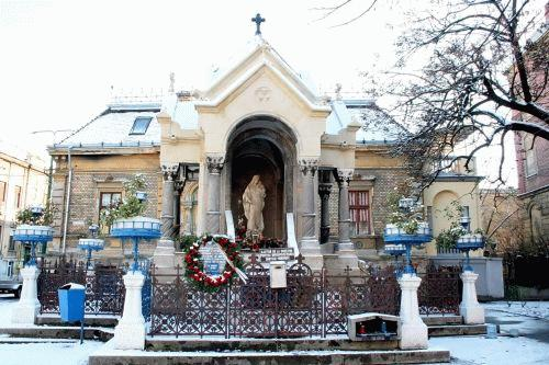 A Dózsa György kivégzésének állítólagos helyén 1906-ban felszentelt emlékhelyet egy ortodox mániákus vette gondozásába, intézkedéseit a hivatalosságok ölbe tett kézzel szemlélik. A kép a nemrég befejezett restaurálás utáni állapotot tükrözi...