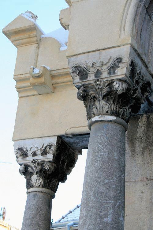 A Székely László tervezte kápolna restaurált oszlopfői arról tanúskodnak, hogy a kőfaragók kiváló munkát végeztek.