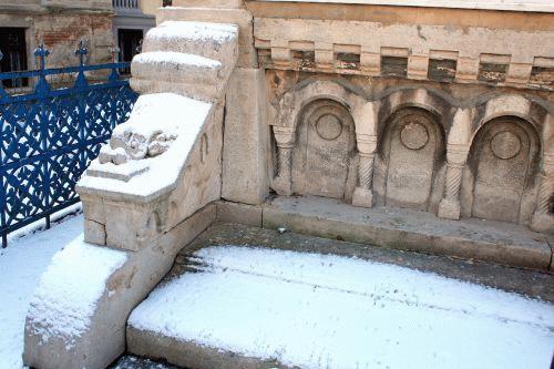 A lépcsőfeljáró ezen részét az emlékhely központi lépcsősora mellől már eltávolították, helyét egy otromba fehér márványkorlátra cserélték.