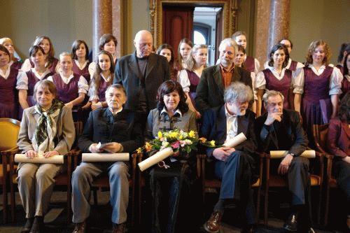 Az erdélyi díjazottak (ülő sor, balról): Szabóné Bardócz Réka és Hunyadi László. Váli Anna felvételei.