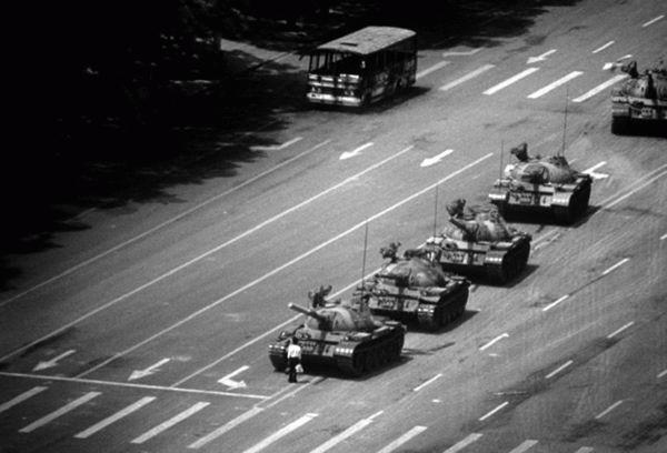 Tankok a téren 1989 júniusában.