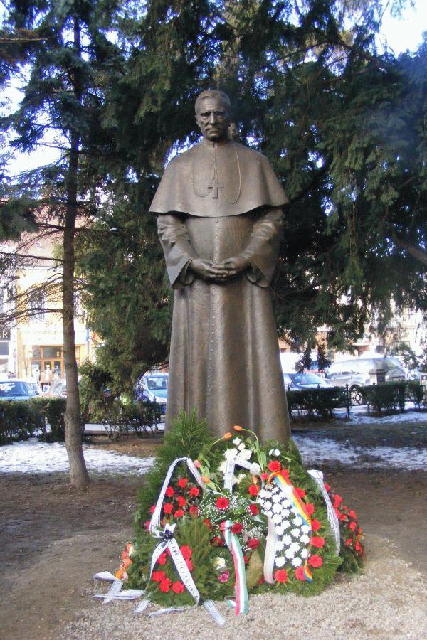 A nemrég felavatott Márton Áron szobor a kolozsvári Szent Mihály templom kertjében. (Fodor György felvétele)