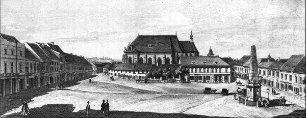 Kolozsvár főtere a még torony nélküli Szent Mihály templommal és a Karolina-oszloppal. Balról a második a Gyulay-palota, ahol Döbrenyei Gábor 1814–1818 között az Erdélyi Múzeumot szerkesztette. Egykori istállójának szénapadlása helyén a Művelődés szerkesztôsége.
