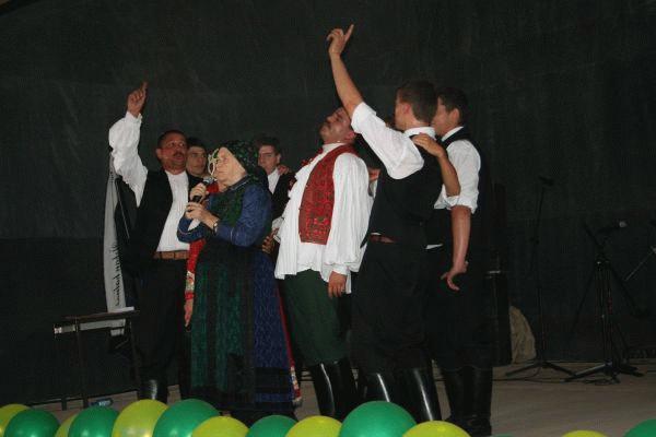 Színpadon András Erzsi Erdei és a görbeházi legények