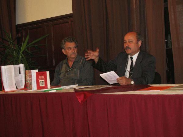 Gáspár Attila ismerteti sajtó alatt levő énekeskönyvét. (Stanyó Tóth Gizella  felvétele)