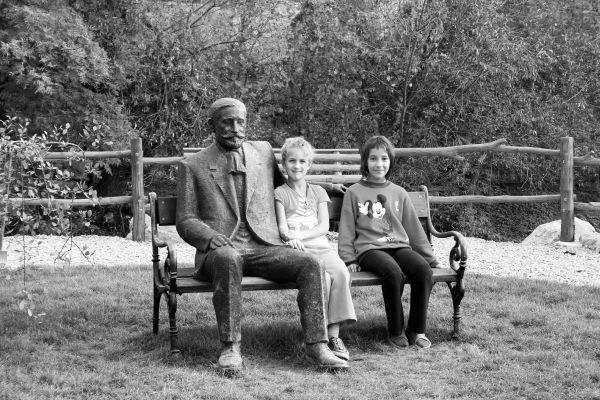 Jó üldögélni Benedek Elek társaságában a kisbaconi iskolaudvaron. A szobor Varga Mihály alkotása.