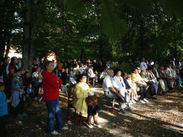 A közönség Nagy Nándorné Bardócz Orsolya és a vendégelőadók műsorát hallgatja az emlékház udvarán.