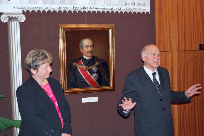 Az Erdélyi Múzeum-Egyesület alapítója, hídvégi gróf Mikó Imre arcképe előtt Egyed Ákos akadémikus, az EME elnöke előadása a 150 éves évfordulón a Magyar Tudományos Akadémián az egyesület gyűjteményeiről.