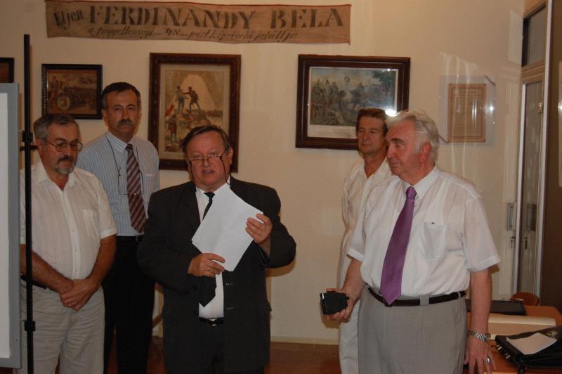 Tóth István (középen), a Szegedi Móra Ferenc Múzeum osztályvezetője üdvözli a közönséget és Csomafáy Ferenc (jobbra) kolozsvári fotóművészt