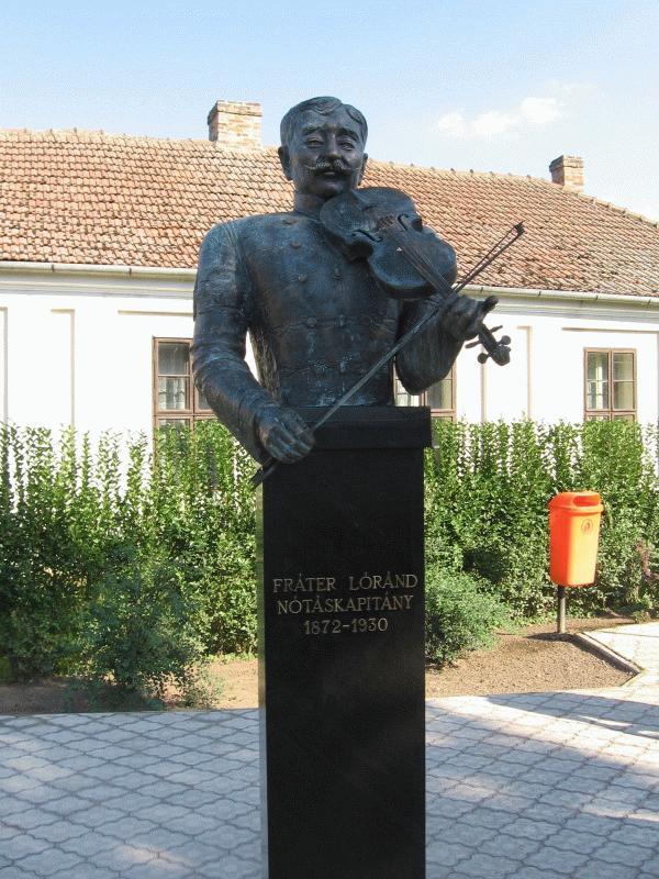 Az emlékünnepség alkalmával felavatott Fráter Lóránd-szobor.