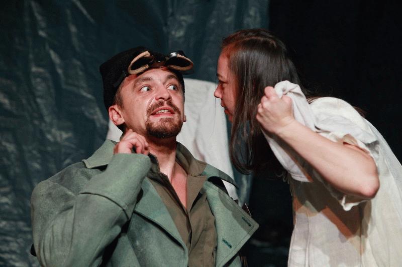 Tapasztó Ernő és Bacskó Tünde a Lovak az ablakban című darab egyik jelenetében.