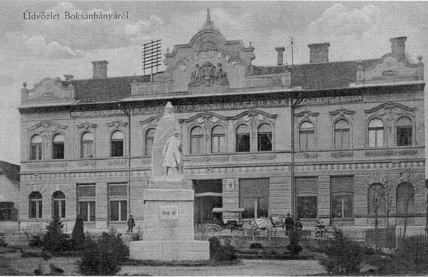 Üdvözlet Boksánbányáról – képeslap az emlékműről. Háttérben a Hitelbank épülete.